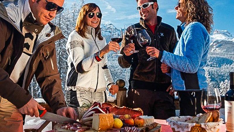компания итальянская еда трентино альто адидже спек сыр вино горнолыжный отдых лыжи италия горы итальянские блюда снег лыжные костюмы